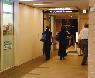 「CAFE BREAK」の角を右に曲がり直進すると東梅田駅です。ファミリーマート奥のエレベーターの6Fです。